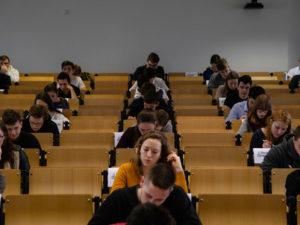 V krajských kolech Ekonomické olympiády se zapotila tisícovka studentů