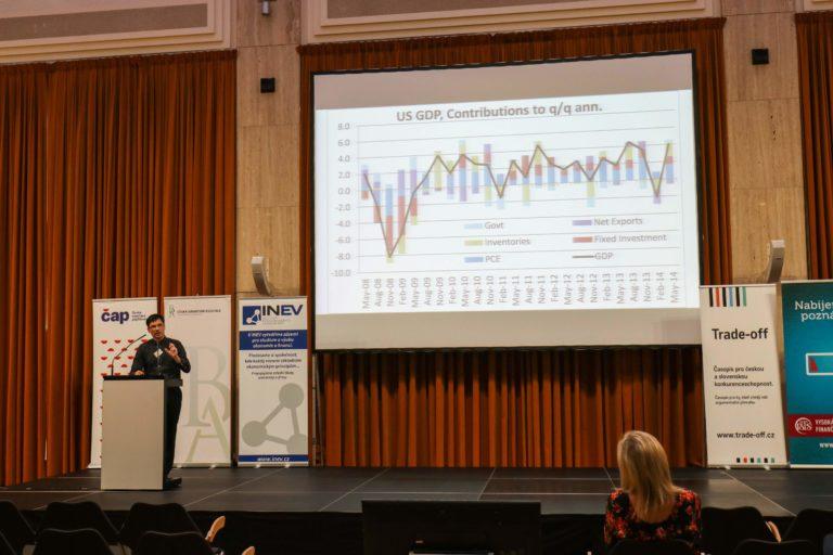 Mladí znají výši kurzu a inflace, méně již ovládají teorii a úrokové počty
